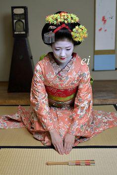 November kanzashi (worn by Katsuna)