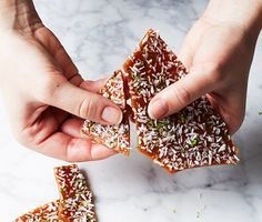 Take a new grip on the cracker. Pour the batter like a crack into … – Christmas Ideas Christmas Deserts, Christmas Dishes, Christmas Cocktails, Christmas Candy, Christmas Baking, Christmas Cookies, Candy Recipes, Holiday Recipes, Christmas Feeling