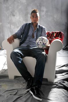 Kevin-Prince Boateng on Bubble Club Soccer Fans, Football Soccer, Football Players, Hot Black Guys, Black Men, Mens Fashion Blog, Fashion Design, Ac Milan, Cute Guys
