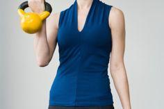 Diferencias entre pesas profesionales y regulares. Las pesas rusas se han vuelto una herramienta muy popular que pueden utilizarse tanto en el gimnasio como en casa. Son más versátiles que las mancuernas, pero igualmente efectivas. Antes de comprar las pesas rusas para utilizarlas en casa, debes ...