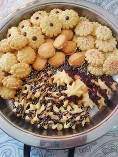 VEELSYDIGE KOEKIEMENGSEL (Kan koekie drukker gebruik) 250g botter 1/2 k klapper olie 1/2 k kookolie 1 k maizena 1 k versiersuik... Baking Recipes, Cookie Recipes, Dessert Recipes, Desserts, Baking Tips, Baking Ideas, Biscuit Cookies, Biscuit Recipe, Cake Cookies