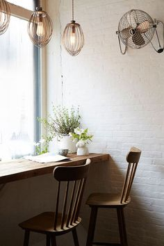 A small corner at Maman Cafe in NY, that would work for a small corner at home. Cocina Shabby Chic, Shabby Chic Kitchen, Shabby Chic Cafe, Cafe Interior Design, Home Interior, Interior Paint, Kitchen Interior, Interior Ideas, Deco Cool