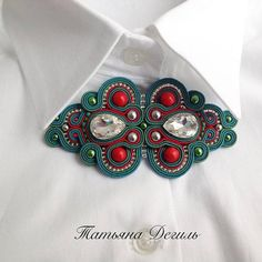 Soutache Pendant, Soutache Necklace, Bead Crafts, Jewelry Crafts, Brooches Handmade, Handmade Jewelry, Romanian Lace, Beading Projects, Button Crafts
