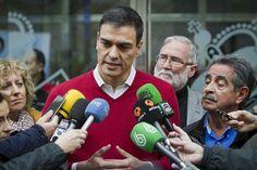 Pedro Sánchez atendiendo a los medios. / EFE