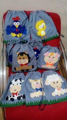 Sacolinhas e mochilas confeccionadas em algodão ou juta de primeira qualidade , ccm personagens em feltro e apliques em renda . Produto 100% artesanal. Grande Variedade de cores estampas. As sacolas em tecido possuem forro interno na tonalidade da mochila/sacolinha. Farm Animal Birthday, Farm Birthday, Cute Sewing Projects, Diy Bags Purses, Farm Party, Kids Bags, Goodie Bags, Cloth Bags, Baby Sewing