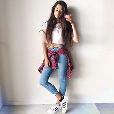 Amarra una camisa de cuadros a tu cintura y ponte unos Adidas.   29 Formas de usar jeans sin lucir como una mujer aburrida