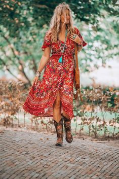 That fabulous red dress bohemian style that has got everybody talking - hippie style Red Boho Dress, Bohemian Style Dresses, Gypsy Style, Boho Outfits, Bohemian Clothing, Boho Style, Hippy Dress, Bohemian Outfit, Country Chic Outfits