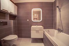 Wnętrze w łazience w minimalistycznym stylu. Klasyczne płytki w połączeniu z białą ceramiką i białymi meblami łazienkowymi. Podświetlane lustro łazienkowe. Alcove, Bathtub, Bathroom, Standing Bath, Washroom, Bathtubs, Bath Tube, Full Bath, Bath