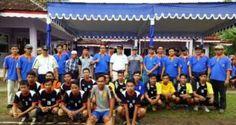 Dr. Heri (baju putih bertopi) foto bersama Camat Banjarsari dan Tim Voli Banjarsari dan Pamarican (koleksi pribadi)