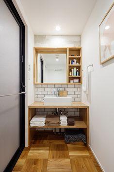 洗面室の床もリビングと同様のパーケットフローリングにして、つながり感をもたせた #リノベーション #洗面 #シンク Washroom Design, Laundry Room Design, Loft Bathroom, Bathroom Interior, Japan Room, Muji Home, Japanese Bathroom, Washbasin Design, Small Apartment Interior