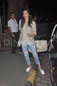 Deepika Padukone in Mumbai, India : Deepika looked utterly cute in a Forever 21 tank top with ripped denim jeans, shoes and a Saint Laurent golden bag. I really this semi-casual look. Bollywood Outfits, Bollywood Fashion, Casual Indian Fashion, Chic Outfits, Fashion Outfits, Deepika Padukone Style, Forever 21 Tank Tops, Kurta Designs Women, Ripped Denim