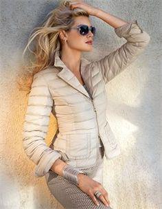 Leicht-Daunenjacke, Top, Schmale Jacquardhose, Breiter Armreif in geschwungener Form, Damen Sonnenbrille mit Kunststoffrahmen