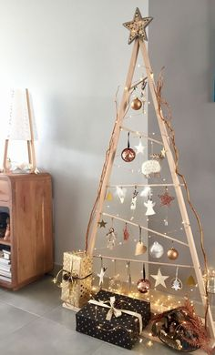 17 Amazing Modern Christmas Tree Design Ideas The small attention to probably the most romantic food of the year Eieiei, the Xmas celebration is a Scandinavian Christmas Trees, Wooden Christmas Trees, Christmas Tree Design, Noel Christmas, Modern Christmas, Simple Christmas, Christmas Tree Ideas For Small Spaces, Minimalist Christmas Tree, Homemade Christmas