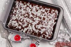 Řezy s tyčinkami Margot vám připomenou vánoční cukroví. Nechybí v nich chuť rumu, kokosu a hlavně jsou velmi jednoduché. Těsto nalijete na plech a upečené jen ozdobíte čokoládovou polevou a hoblinkami kokosu. Pavlova, Desert Recipes, Cheesecake, Deserts, Food And Drink, Pudding, Yummy Food, Treats, Baking