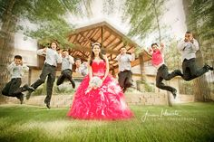 Love this pose with the chambelanes!