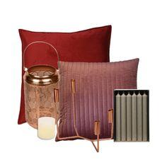 Een romantische sfeer set met fluwelen kussens in bordeaux rood en zacht roze. De sierkussens vormen een mooi geheel met de kaarsenstandaards in rose goud.