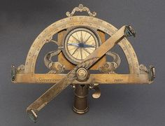 A BRASS GRAPHOMETER, early 18th sign. SAUTOUT CHOISY PARIS. The protractor engraved with 2 grade scales 0-180. Central compass box with wind rose, orientation and graduated around the edge. Base and alidades with upright sights, ball for ball-and-socket mounting. On wooden plinth. H ca. 17 cm. <br> <br> <B>GRAPHOMETER,</b></i> Paris, Anfang 18. Jh. Sign. SAUTOUT CHOISY PARIS.<br>Messing. Durchbrochener Halbkreis graviert mit 2 gegenläufigen Winkelskalen von 0-180 Grad. Mittig montierter…