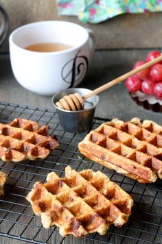 Chocolate Chip Banana Oat Waffles banana chocolate chip oat waffles Source by Weight Watcher Desserts, Banana Recipes, Waffle Recipes, Mini Desserts, Beignets, Healthy Waffles, Sweet Breakfast, Breakfast Recipes, Breakfast Ideas