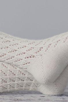 Spetsstrumpor i Novita Nalle Handicraft, Knit Crochet, Throw Pillows, Knitting, Lace, Design, Stuff Stuff, Socks, Knitting Socks