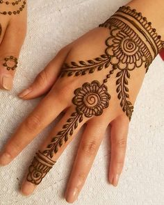 Mehndi henna designs are always searchable by Pakistani women and girls. Women, girls and also kids apply henna on their hands, feet and also on neck to look more gorgeous and traditional. Henna Tattoo Designs Simple, Finger Henna Designs, Mehndi Designs For Beginners, Mehndi Designs For Girls, Mehndi Design Photos, Henna Designs Easy, Dulhan Mehndi Designs, Beautiful Henna Designs, Best Mehndi Designs