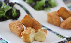 A receita da semana serve como aperitivo e pode ser saboreada com torrada, geleia, pura e até mesmo incrementar uma salada: Queijo Brie empanado! www.carolcelico.com