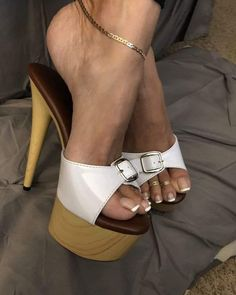 Feet Soles, Women's Feet, Sexy Legs And Heels, Sexy High Heels, Talons Sexy, Walking In High Heels, Teen Feet, Nylons Heels, Shoes