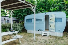 Caravanas Vintage en alquiler en el camping situado en primera línea de mar, en la Costa Dorada. Se permiten mascotas. Recreational Vehicles, Pets, Southern Homes, Beach Feet, Camper Van, Blue Nails, Camper, Campers, Animals And Pets