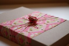gift wrap idea any day gift DIY: gift bags from newspaper -handmade gifts for teachers Gifts in a Jar Pretty Packaging, Gift Packaging, Packaging Ideas, Present Wrapping, Wrapping Ideas, Paper Wrapping, Fabric Gifts, Fabric Yarn, Pink Fabric