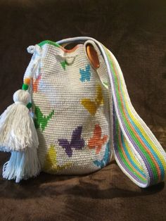 For many ladies, buying an authentic designer bag isn't something to hurry straight into. Because they hand bags can easily be so pricey, women sometimes worry over their choices prior to making an actual bag acquisition. (Re:Stylish Doctor's bag. Crochet Shell Stitch, Crochet Hook Set, Bead Crochet, Tapestry Bag, Tapestry Crochet, Mochila Crochet, Boho Crossbody Bag, Crochet Handbags, Crochet Bags