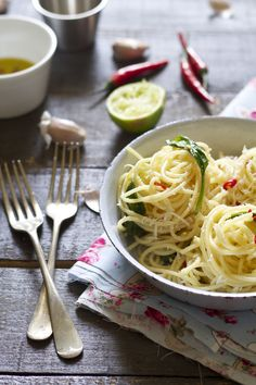 Super tasty and quick Spaghetti Aglio Olio e Peperoncino (garlic, olive oil and chill) and Spring Greens. my favorite! Cooking Peppers, Food For The Gods, Amazing Food Photography, Good Food, Yummy Food, Tasty, Aglio Olio, Recipes From Heaven, Savoury Dishes
