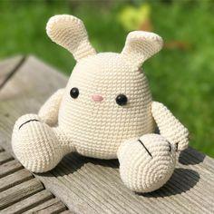 Pip the bunny crochet pattern. Very cute gift to make for someone. (Pattern available in english, dutch and german) www.mariskavos.nl . . #diyfluffies #amigurumi #amigurumipatterns #softie #pipthebunny #cuteness #crochettoys #haken #häkeln #häkeltier #zelfmaken #freubelen #hakeniship #wolplein #selbermachen #etsystudio