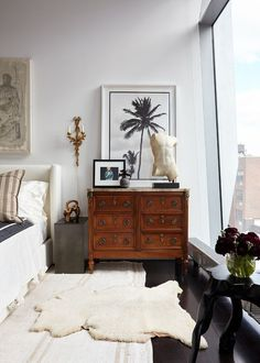 This West Village Apartment Exudes Modern-Day Carrie Bradshaw Vibes Step inside interior designer Jessica Schuster's West Village apartment, a lesson in cool eclecticism. Home Interior, Modern Interior Design, Home Design, Interior Decorating, Scandinavian Interior, Antique Interior, Decorating Ideas, Country Interior, Modern Interiors