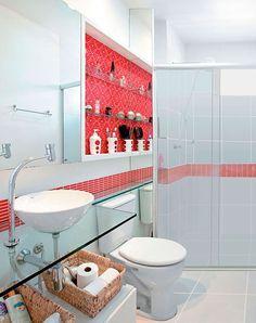 Bancada de vidro As bancadas de vidro são bastante comum nos banheiros, talvez pelo fato de serem extremamente leves e higiênicas, pois são totalmente impermeáveis. A durabilidade é uma das principais vantagens, assim como manutenção e limpeza, que são simples e pode ser feita com qualquer produto de limpeza. Visualmente, elas não pesam no ambiente e são perfeitas para compor um banheiro com décor clean.