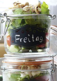 Salat im Glas mit gerösteten und gesalzenen Cashewkernen und Hühnchengeschnetzeltem