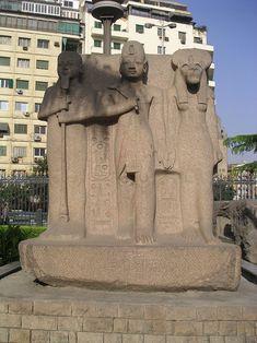 Triade colossale représentant Ramsès II, pharaon de la XIXe dynastie, entouré par le dieu créateur Ptah et la déesse à tête de lionne Sekhmet - Jardins du Musée des antiquités égyptiennes du Caire, Égypte.