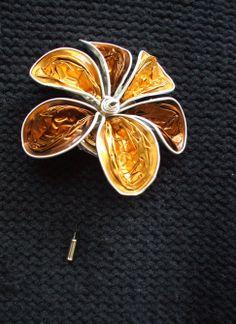 Diseño de Broches de alfiler. Colección Flowers.  Realizado con cápsulas nespresso color dorado y cobre sobre base de broche de alfiler.  Bisutería, Accesorios y Complementos de Diseño. Fabricado de manera totalmente artesanal y 100% hecho a mano, lo que le confiere a cada complemento un carácter único y personal.  http://lacrisalidadelamariposa.wordpress.com/2014/03/23/broche-alfiler-01/