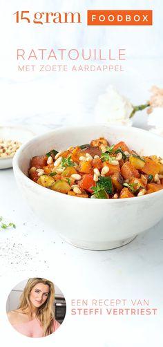 """Steffi: """"Een bord bomvol groenten, zo heb ik het graag. En veel meer comfortfood dan dit wordt het niet. Dit gerecht voorziet je van allerlei mediterraanse goodies om je lijf te verwennen."""" Clean Recipes, Whole Food Recipes, Healthy Cocktails, Drinks, Ratatouille, Vegetarian Recipes, Healthy Recipes, Prepped Lunches, Happy Foods"""