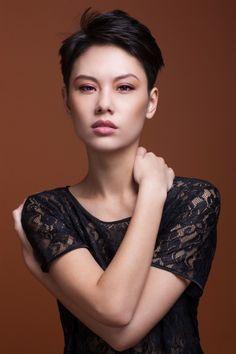 Kurzhaarfrisuren sollen einfach zu stylen sein, unkompliziert und trotzdem feminin sein.