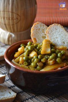 Seppie coi piselli, ricetta secondo piatto di mare gustoso e saporito. Si può servire come piatto unico con crostini di pane o come antipasto porzionato.