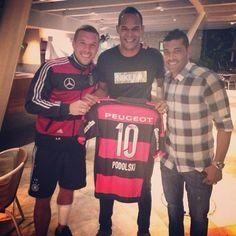 Maneirissimo estar com vocês aqui meus parceiros de Londres, @DougJoga10 @Andre_Santos27 esse lugar me inspira muito estou muito contente de estar participando desde eventos no #Brasil #Mengão #Flamengo #NaçãoRubroNegra #EuAmoOBrasil #ÉTois #TamoJunto #poldi #aha #rio #worldcup #Podolski