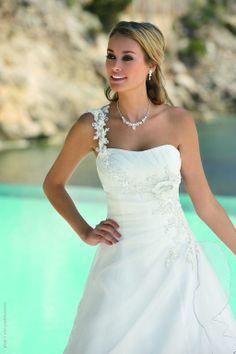 Diamond jewels for the bride Pretty Wedding Dresses, White Wedding Gowns, Country Wedding Dresses, Bridal Dresses, Wedding Beauty, Dream Wedding, Gala Dresses, One Shoulder Wedding Dress, Marie