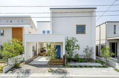 青いドアが目印!家事動線を考えたスタイリッシュなお家