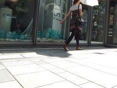 日傘をさして日陰を歩く。  日焼けは乙女の天敵よ!!  あんこはいつも毛むくじゃら! ワン!▼・ェ・▼(あんこ)