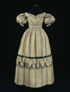 1827-1829, vermutlich Abendkleid, Seide, gefüttert mit Baumwolle, Großbritannien Der Stoff wurde wohl zwischen 1770 und 1780 gewebt.