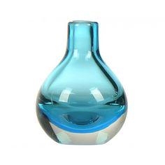 Decorar tu salón con cualquier rincón de tu hogar con este fantástico jarrón decorativo de vidrio soplado. Disponible en Azul, Gris o Marrón. Medidas 10x10x13,50 cm