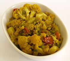 Curried Cauliflower: A really tasty way to enjoy cauliflower, tastes as good as anything you'll get at an Indian restaurant. Meat Recipes, Indian Food Recipes, Vegetarian Recipes, Cooking Recipes, Healthy Recipes, Healthy Cooking, Healthy Eating, Curried Cauliflower, Actifry Recipes
