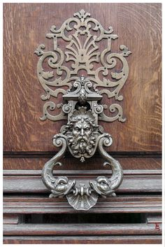 38 Door Knockers that are Anything But Ordinary - Marcia Moore Design Antique Door Knockers, Door Knobs And Knockers, Door Knockers Unique, Detail Architecture, Unique Doors, Door Accessories, Door Furniture, Antique Hardware, Entry Doors