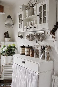 Shabby chic usually means white, whitewashed and pastel or vintage floral motifs. We have a bunch of sweet shabby chic kitchen decor ideas to inspire you. Cocina Shabby Chic, Shabby Chic Mode, Shabby Chic Kitchen Decor, Shabby Chic Cottage, Vintage Shabby Chic, Shabby Chic Style, Shabby Chic Furniture, Furniture Storage, White Furniture