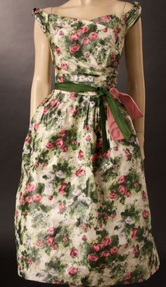 Vintage Rose Print Dress From the Vestidos Vintage Retro, Vintage Dresses, Vintage Outfits, 1950s Dresses, Vintage Mode, Look Vintage, Vintage Beauty, Vintage Floral, 1950s Fashion