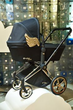 The winged PRIAM Carry Cot of the CYBEX by Jeremy Scott Capsule Collection